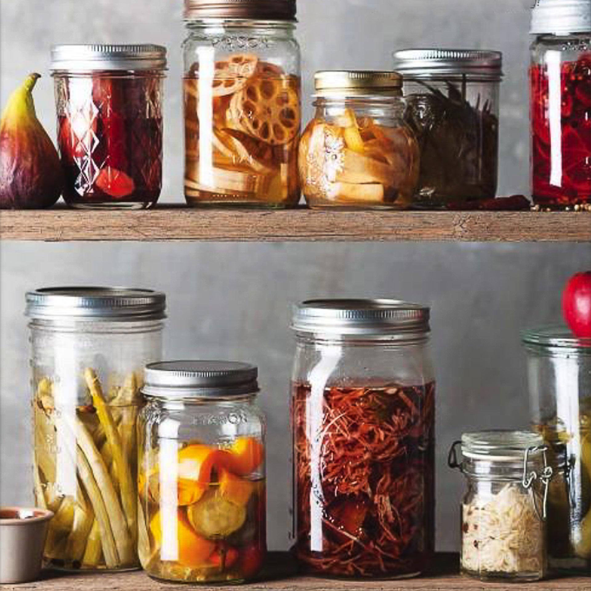Gläser gefüllt mit fermentierten Lebensmittel