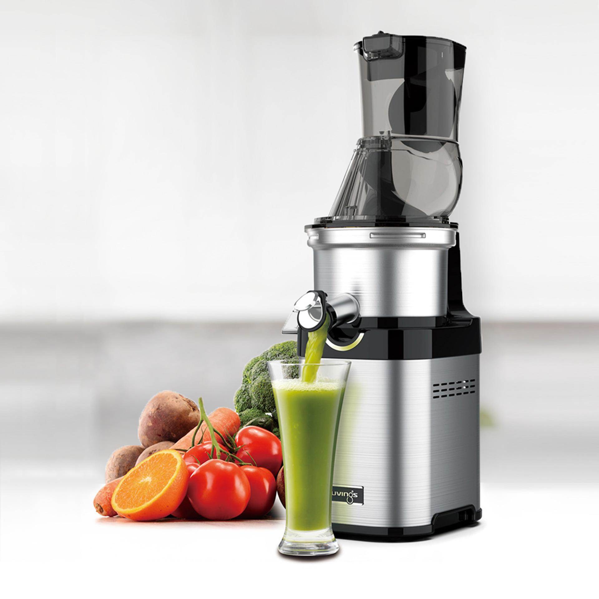 Kuvings CS700 Saftpresse mit grünem Saft dekoriert mit Obst Gemüse