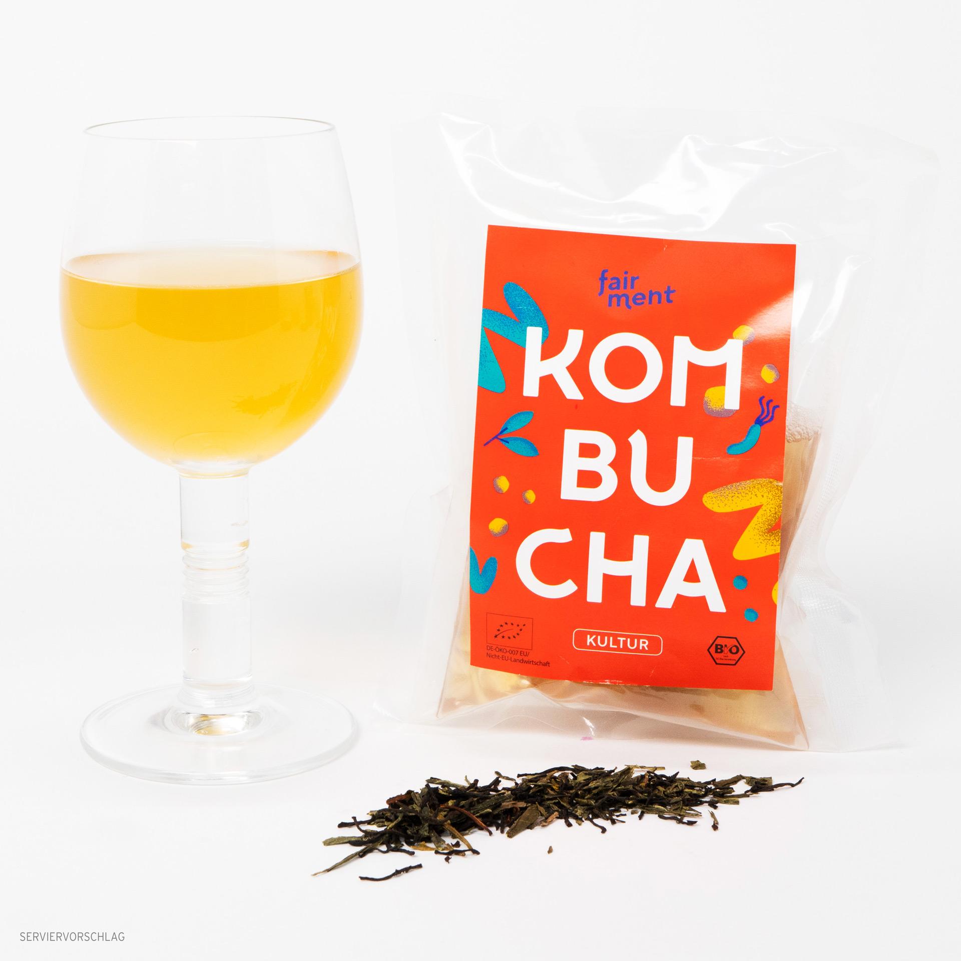Fairment Kombucha Teepilz mit fertigem Tee im Glas