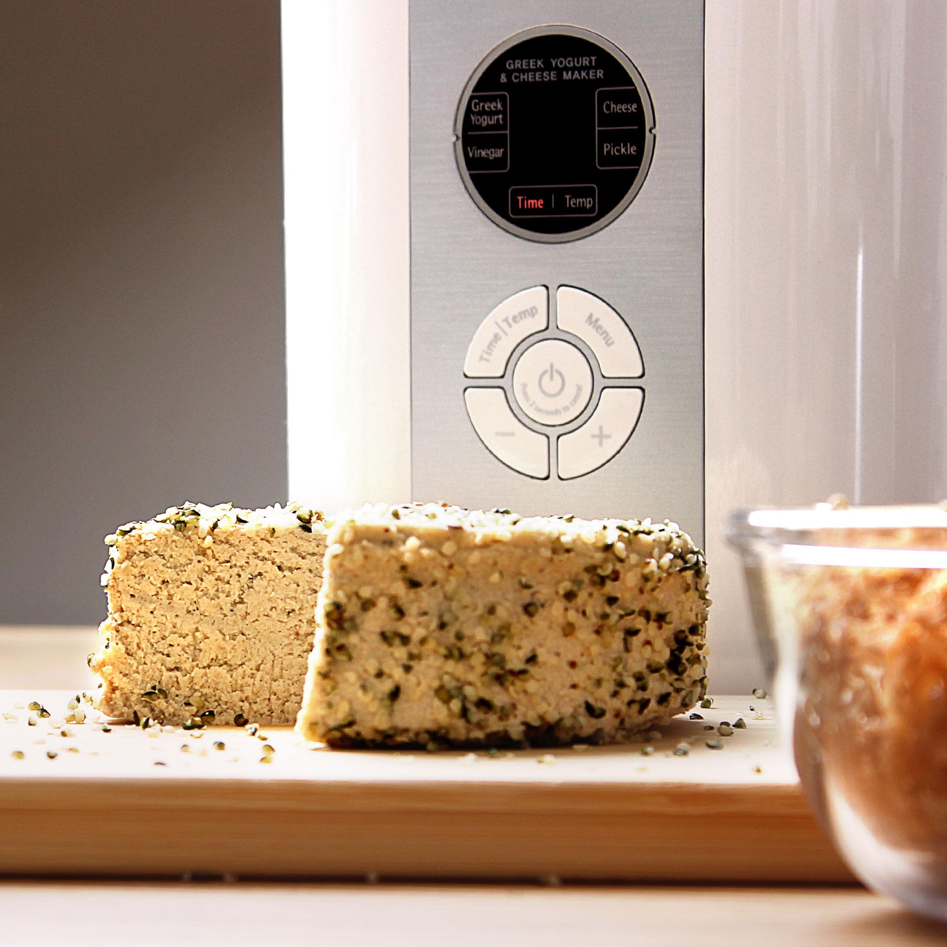 Kuvings Smart Fermenter mit Fermentiertem Produkt und Gerätefront im Hintergrund