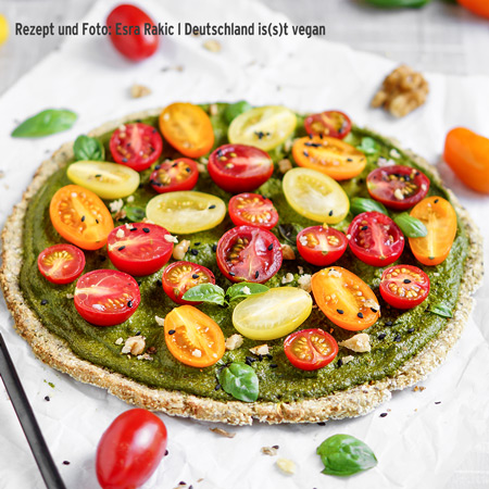 Vegane Blumenkohlpizza mit Walnuss-Spinat-Pesto